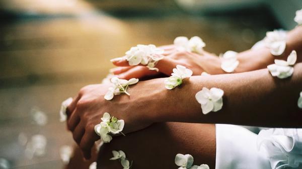 armer og ben dekt i blomster