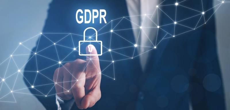 Mand tjekker godkender GDPR persondatapolitik