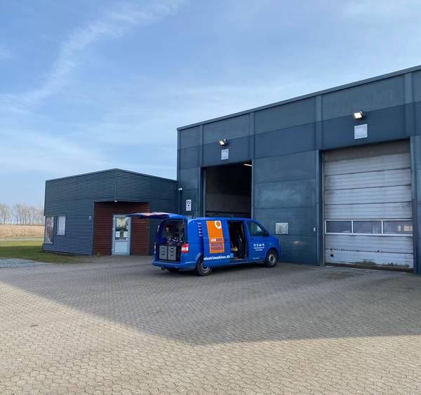 Lastbil står ved døren af transportvask firma