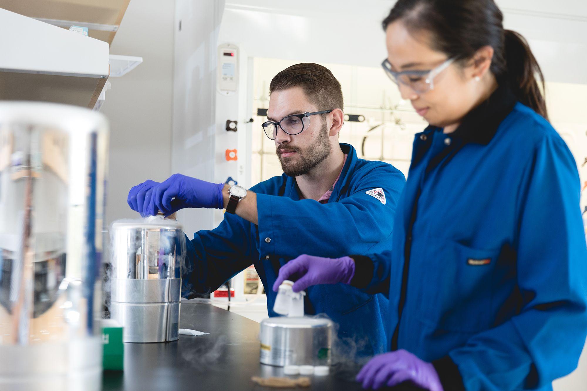 Julian Grundler works in a lab.