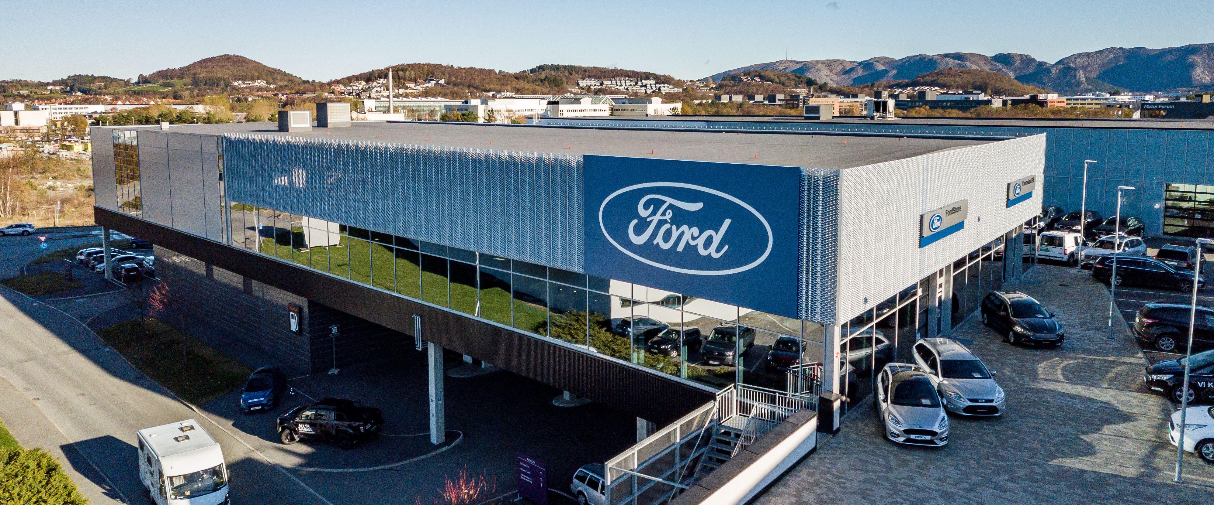 Bygget Ford Bilhuset holder til i.