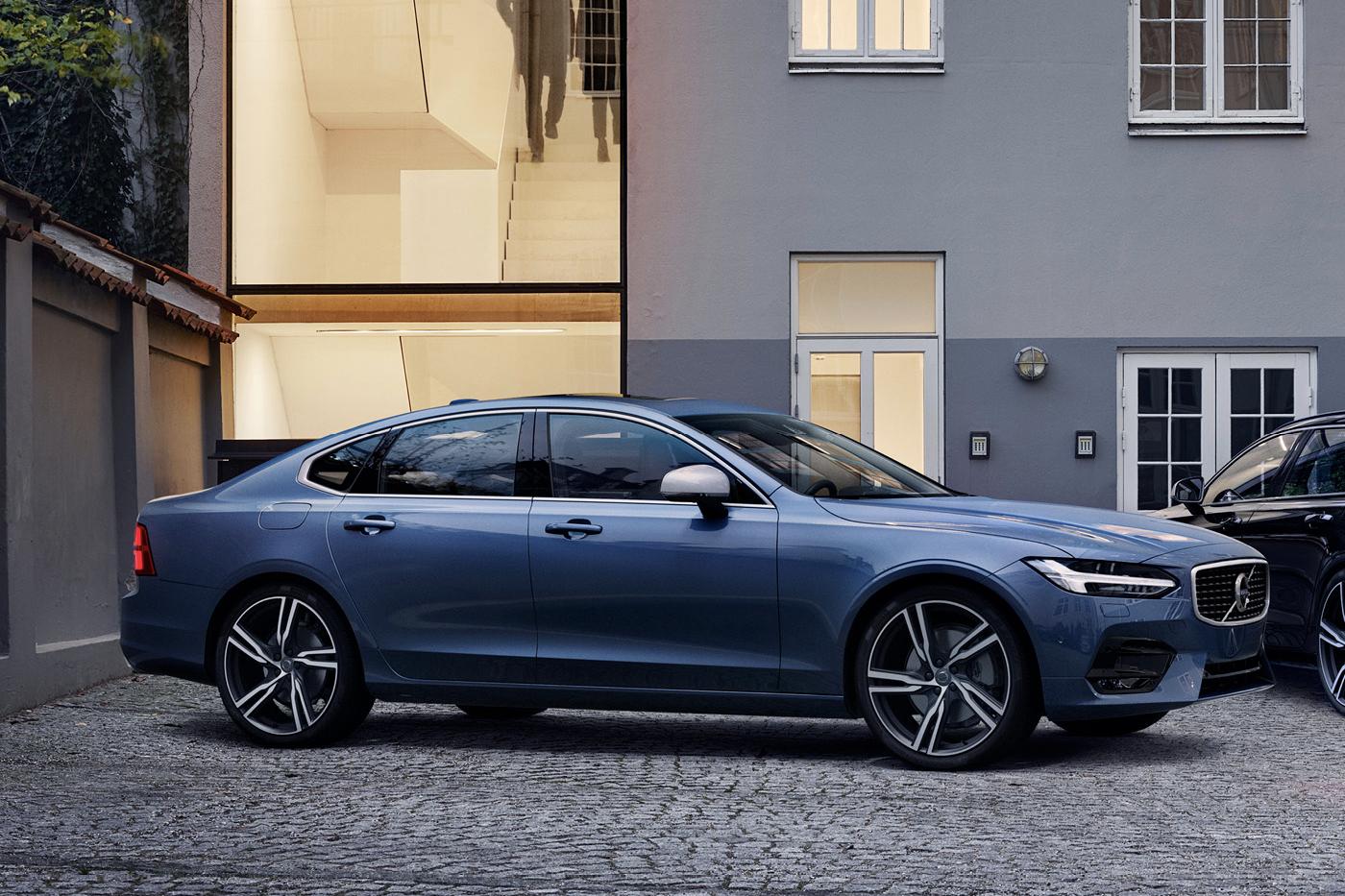Blå metallic Volvo V90 parkert utenfor et bykvartal