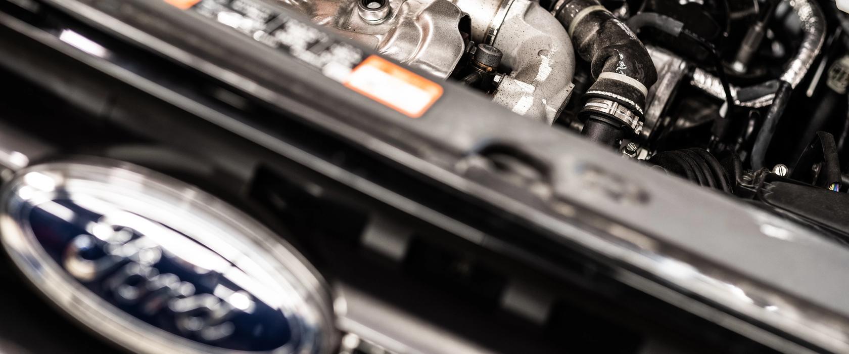 Mekaniker som skrur i en motor hos Haugesund Auto
