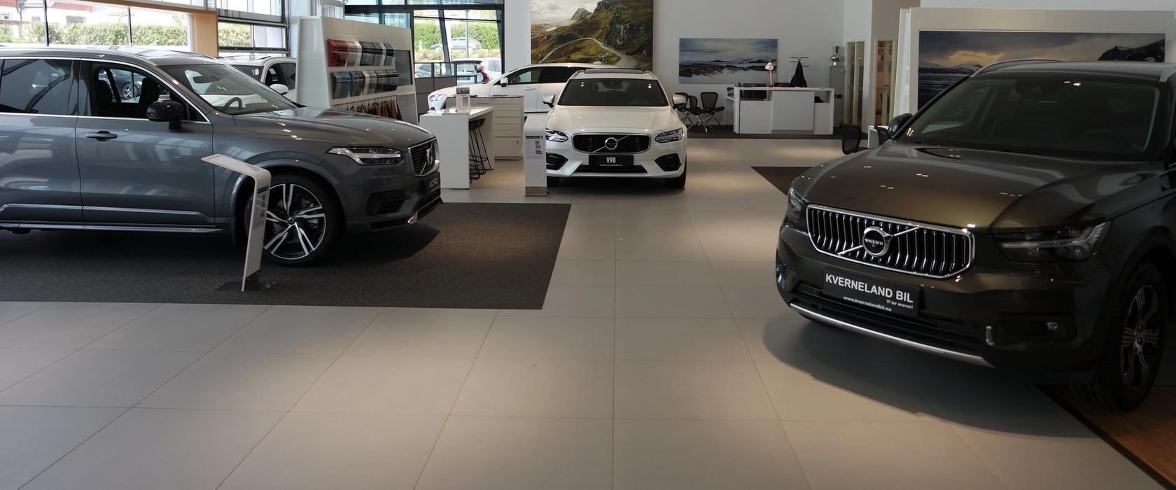 Innendørsbilde fra Volvobutikken på Bryne, med utstilte biler.