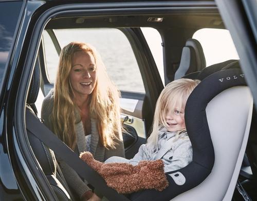 Illustrasjonsbilde av et barn i et bilsete i en Volvo
