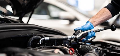 Illustrasjonsbilde av mekaniker som reparerer en motor.
