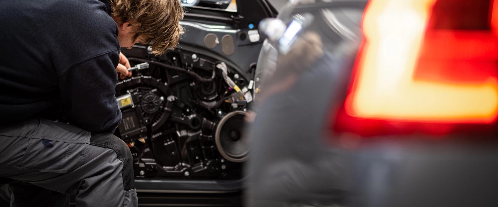 Mekaniker reparerer bildør på Bilhuset Volvo