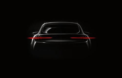 Bilde av bakenden og omrisset av en ny elbil fra Ford