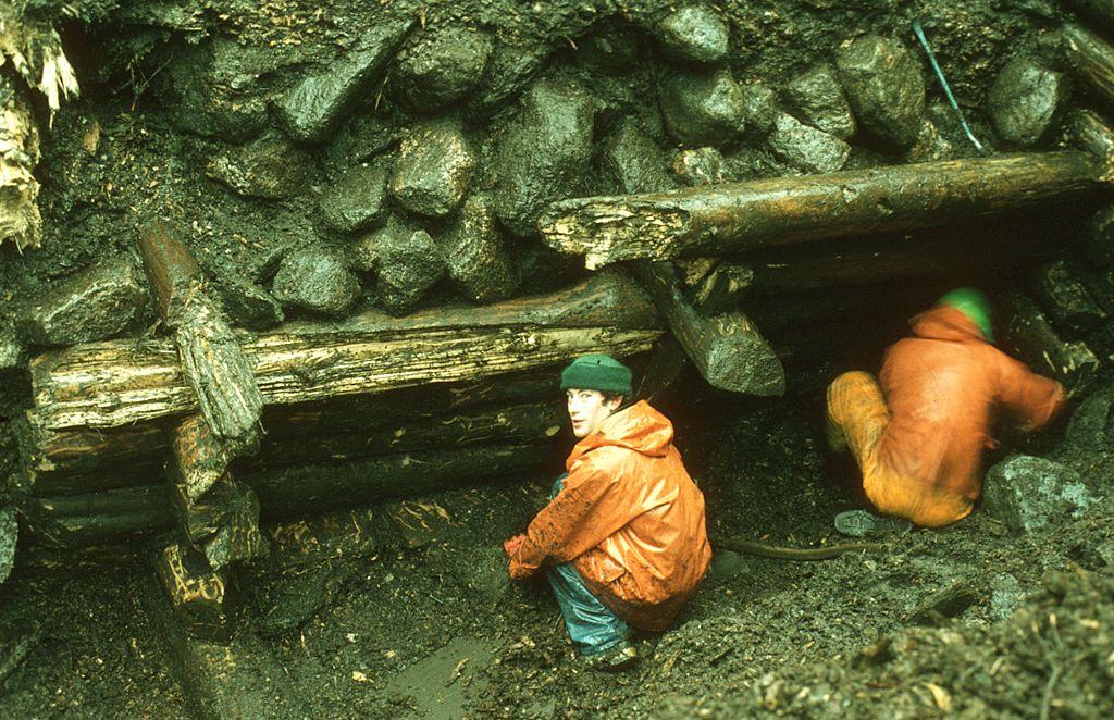 To menn som graver i jord.
