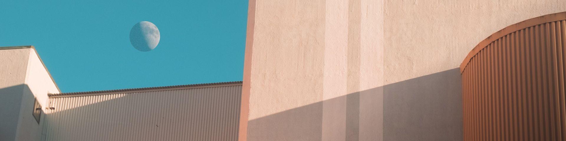 Mond oberhalb von Gebäude