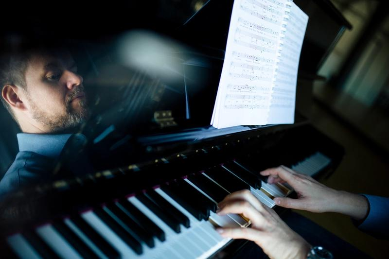 image of Christian Schleicher playing the piano