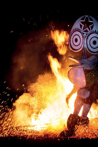 Flammes éternelles: les danseurs du feu de Mélanésie
