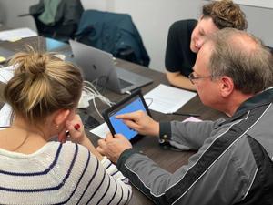 Een klant die een prototype bekijkt