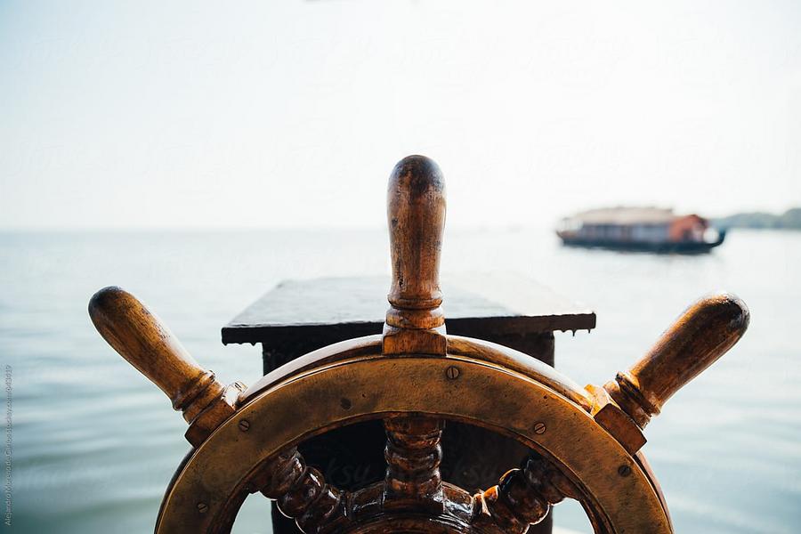 Een stuurwiel van een boot