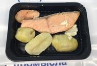<p>Семга с польским соусом и отварным картофелем. Приготовлена и заморожена. Перед употреблением необходимо разогреть в микроволновой печи 2-3 мин. Состав: Семга, яйцо куриное, масло сливочное, петрушка, соль, перец молотый, картофель. Условия хранения 90 суток при t -18°.</p>