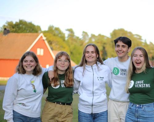 Deltakere står sammen under Unge Venstres sommerleir 2021.