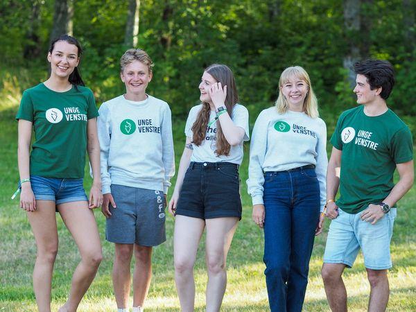 5 Unge Venstre-medlemmer smiler