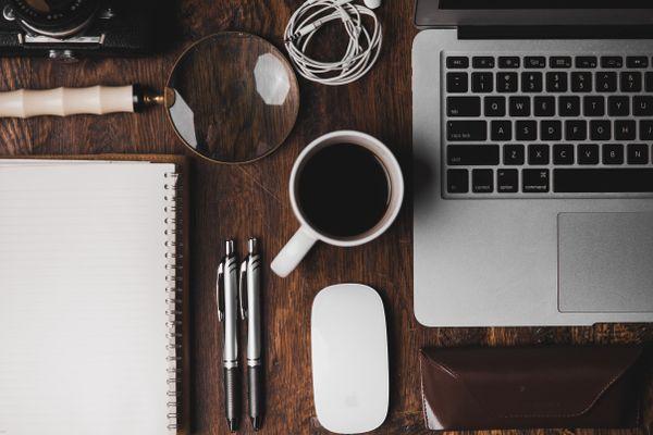 Bilde av datamaskin, kaffekopp og kontorutstyr
