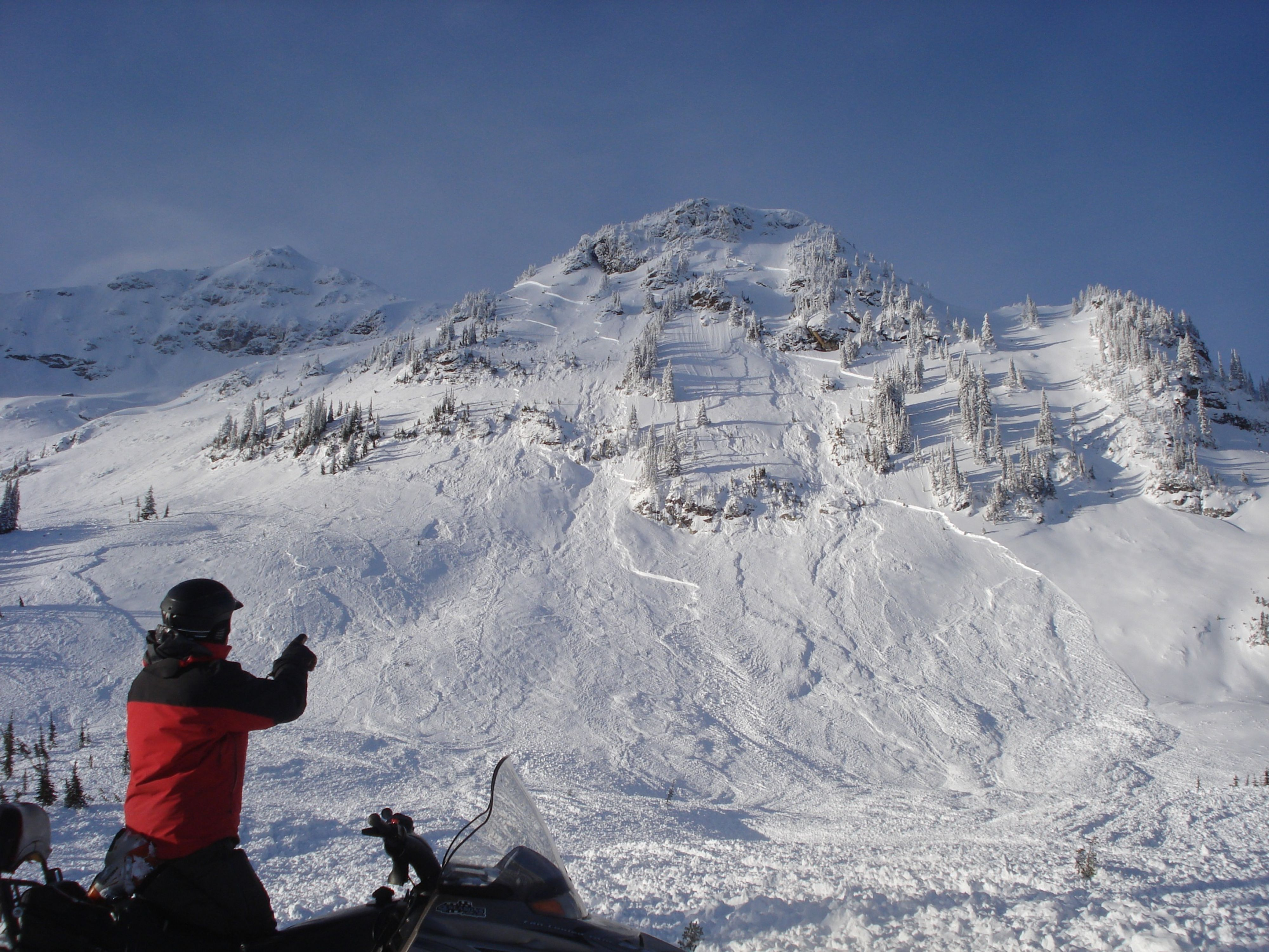 Natural avalanche activity is a sign that human-triggered avalanches are more likely.