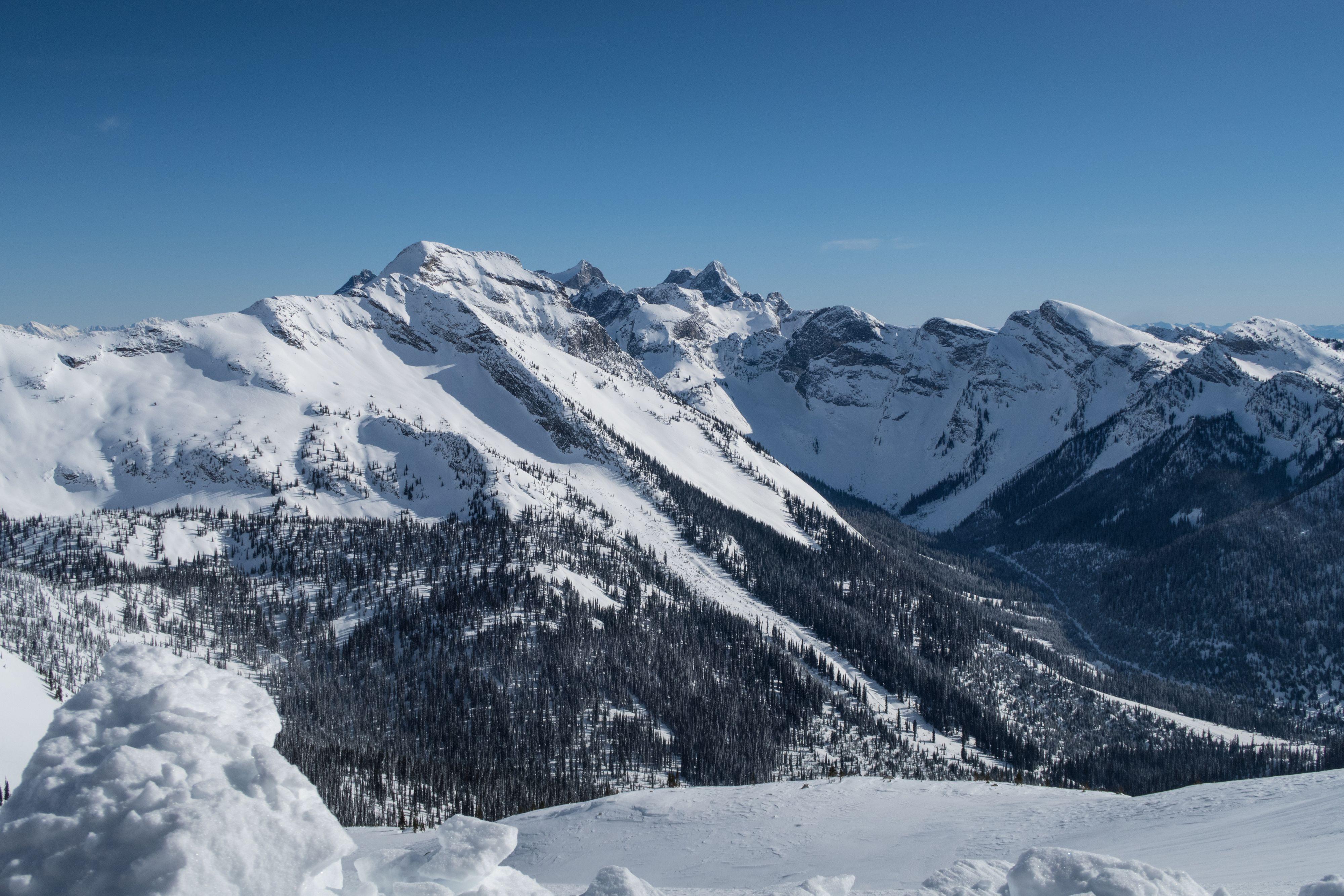 Tracez un itinéraire sûr qui part de la vallée et qui se rend en zone alpine.
