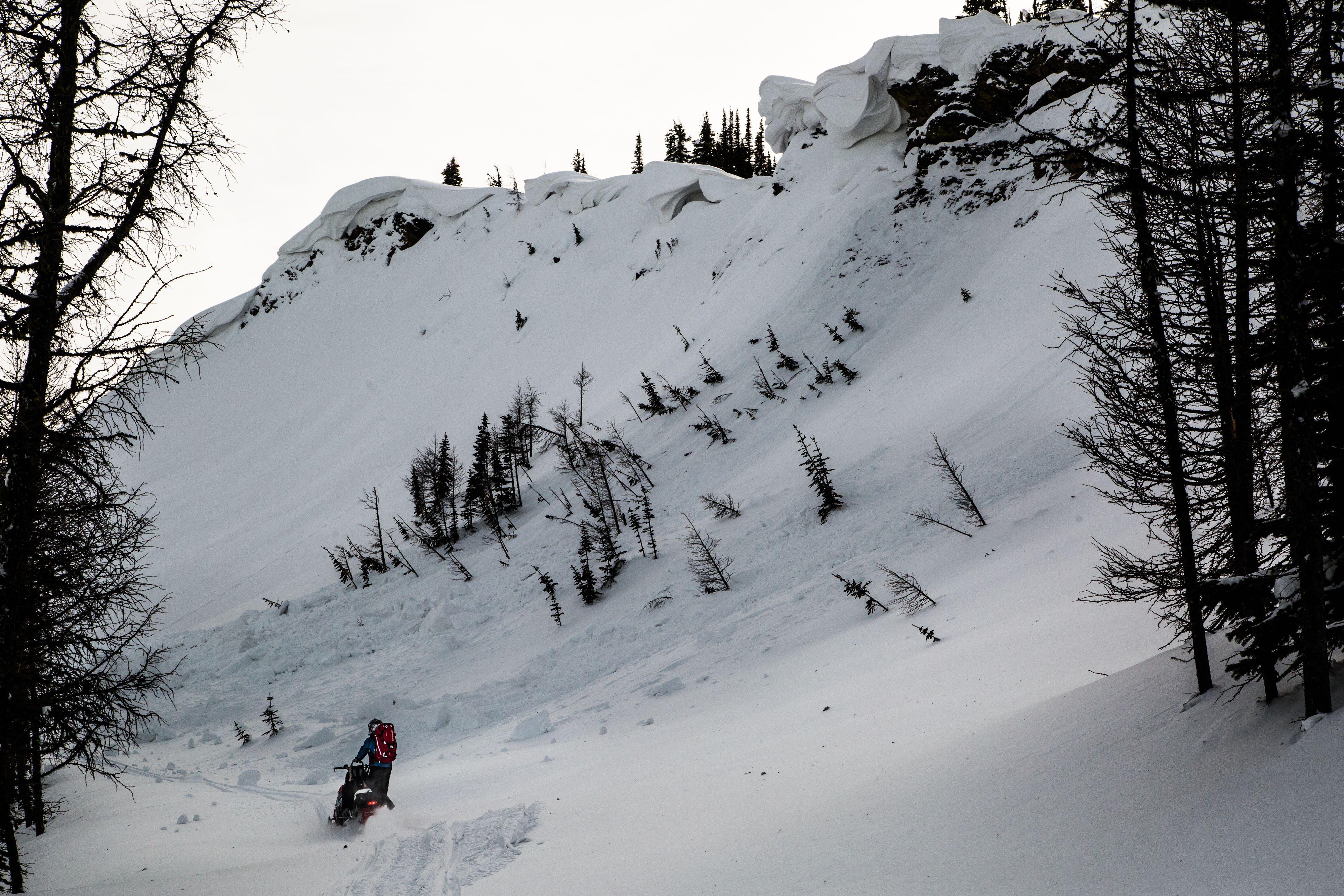 Une avalanche pourrait frapper toute personne qui se déplace en bas sur ce parcours. Il est par conséquent important d'user de grande prudence avant d'avancer.