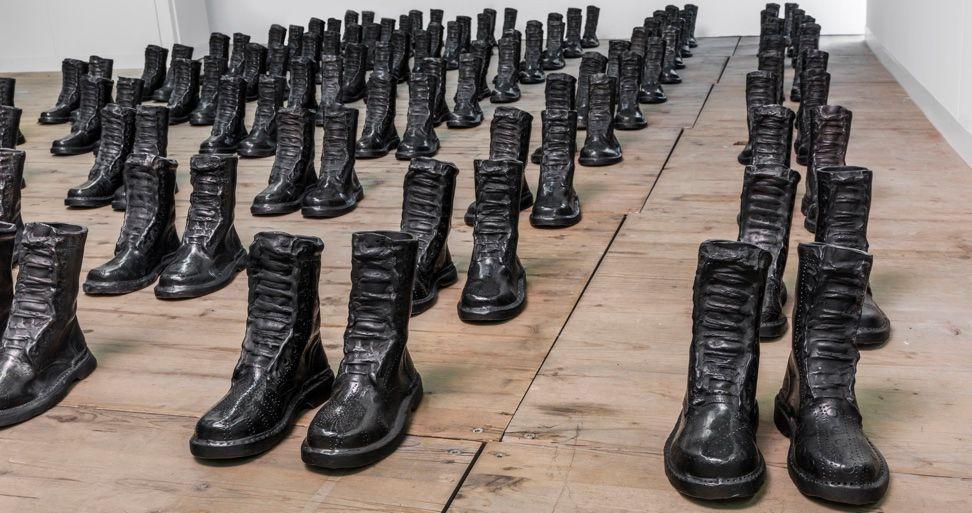 Estudios sobre el agotamiento no. II, La transmutación de las cenizas | 120 botas de barro negro | 25 x 25 x 12 cm c/u | 2013