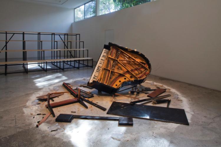 Piano destruction concert: Dada con Mama   Instalación Piano intervenido, hachas, madera