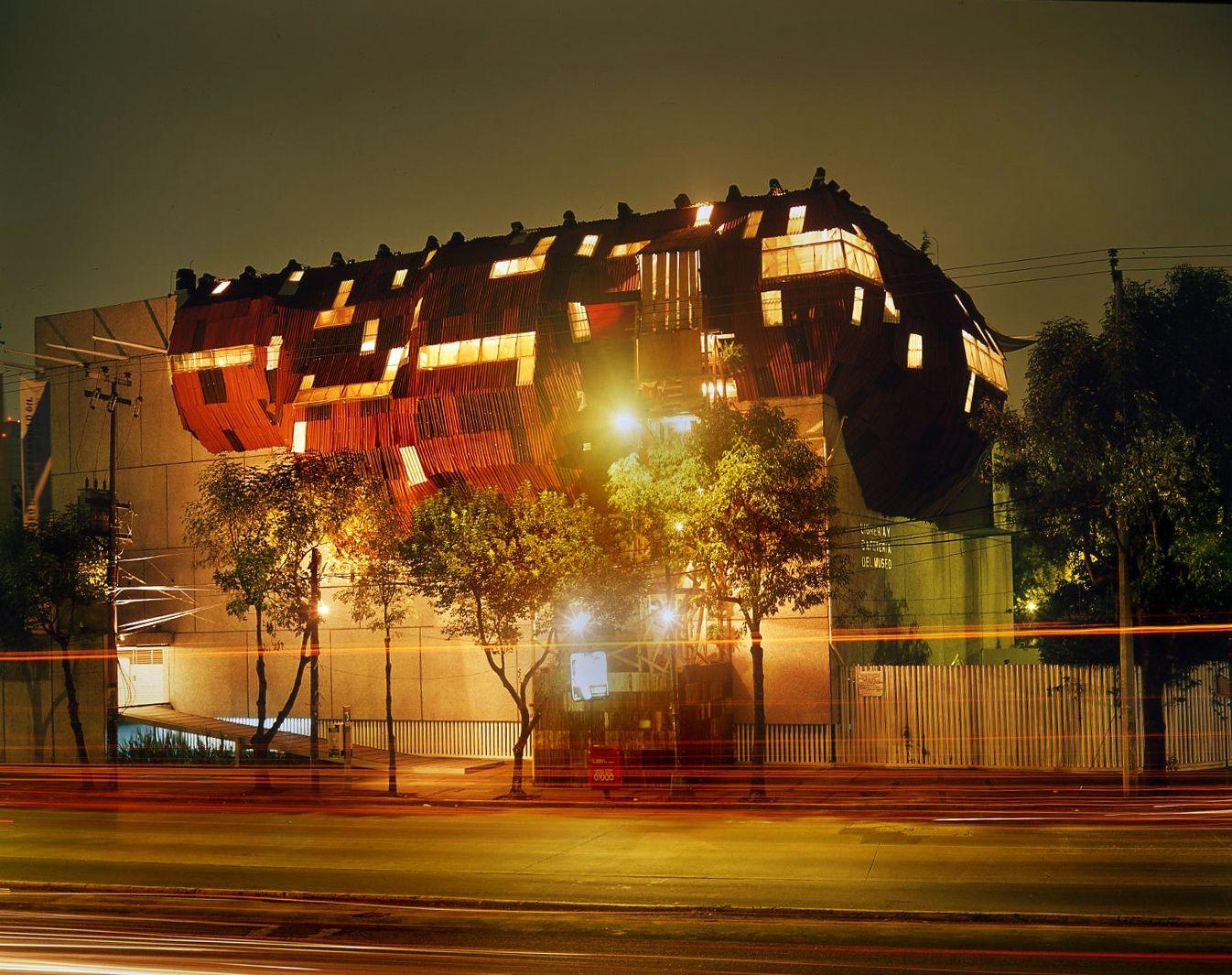 Paracaidista (Squatter) Av. Revolución 1608 bis   Intervención arquitectónica en institución pública.   Acero, madera, y asfalto 74 m2   2004