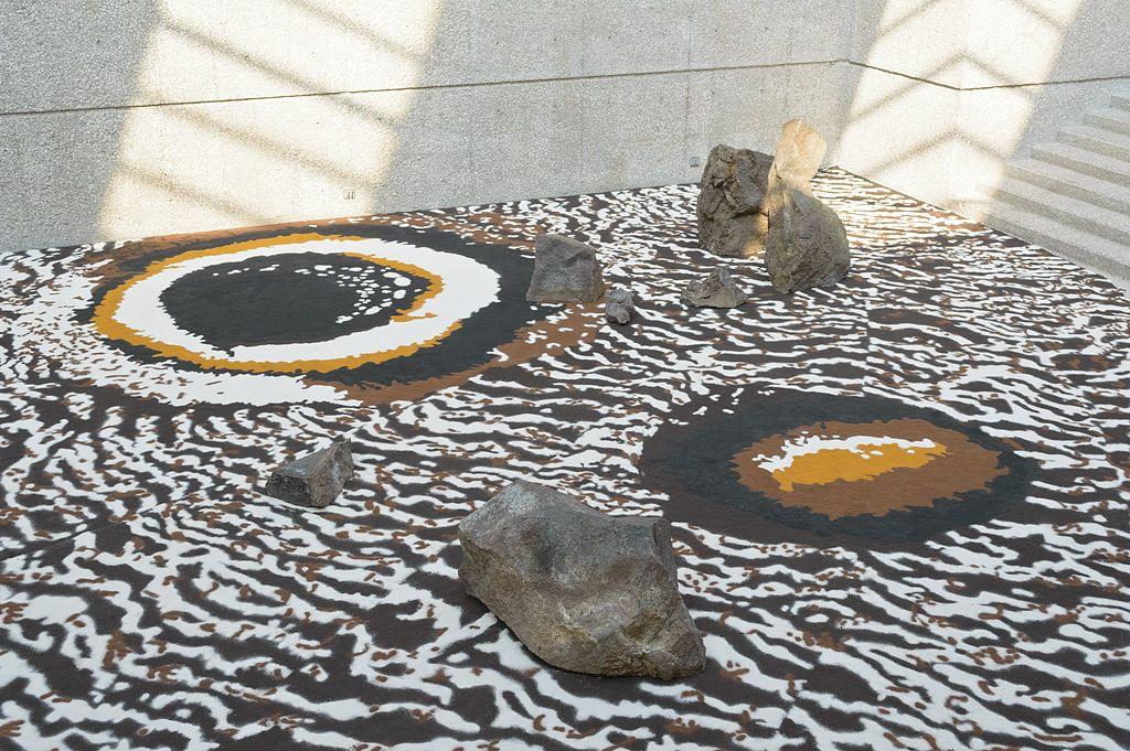 Stone garden (Caligo eurilochus) | Vista de instalación Piedras y arena coloreada | 2014