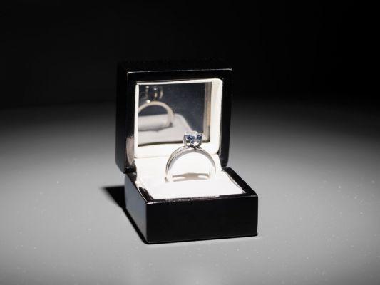 The Barragán Archives:The Proposal | 2.02 quilates de diamante azul sin cortar con inscripción en micro-laser: I am wholeheartedly yours, ajuste de anillo de plata, caja de anillo | 2016