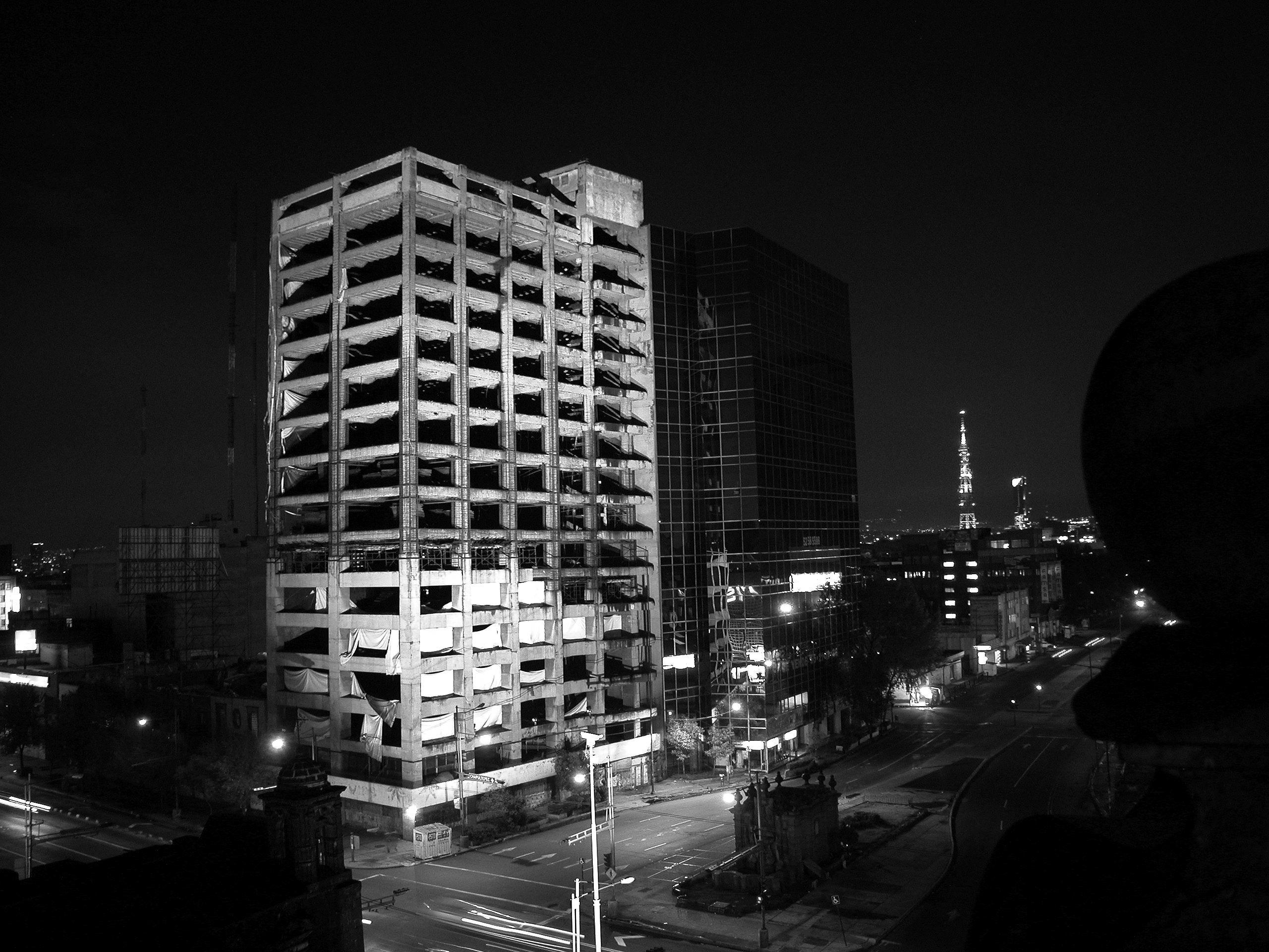 Edificio iluminado | C-Print | 245 x 150cm | 2003