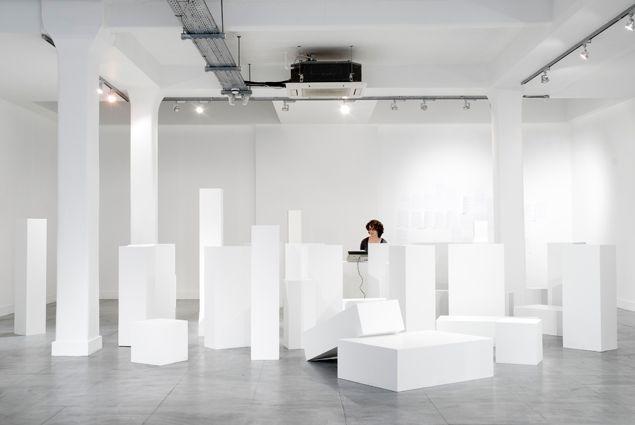The Siren's Stage (The Reef) | 2010 | Pedestales, actores, escritores, modelos desnudos, máquina de escribir, mecanografiado A4 | Dimensiones variables