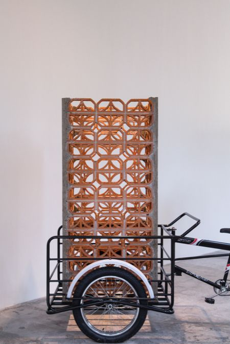 Torre C3 (Celosía clave 3)   Cemento, arena, alambrón, alambre, celosía, triciclo de venta    101 x 80 x 350 cm   2013