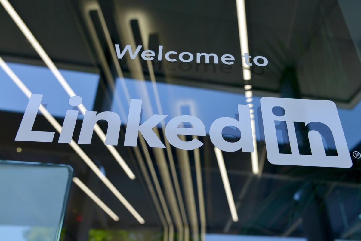 Glass door with sign saying 'Welcome to LinkedIn'