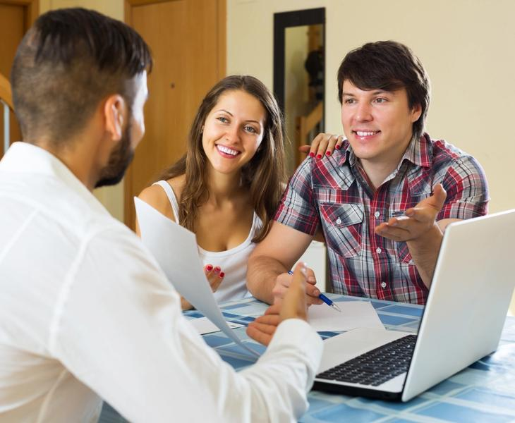 VA loan specialist with young homebuyers.
