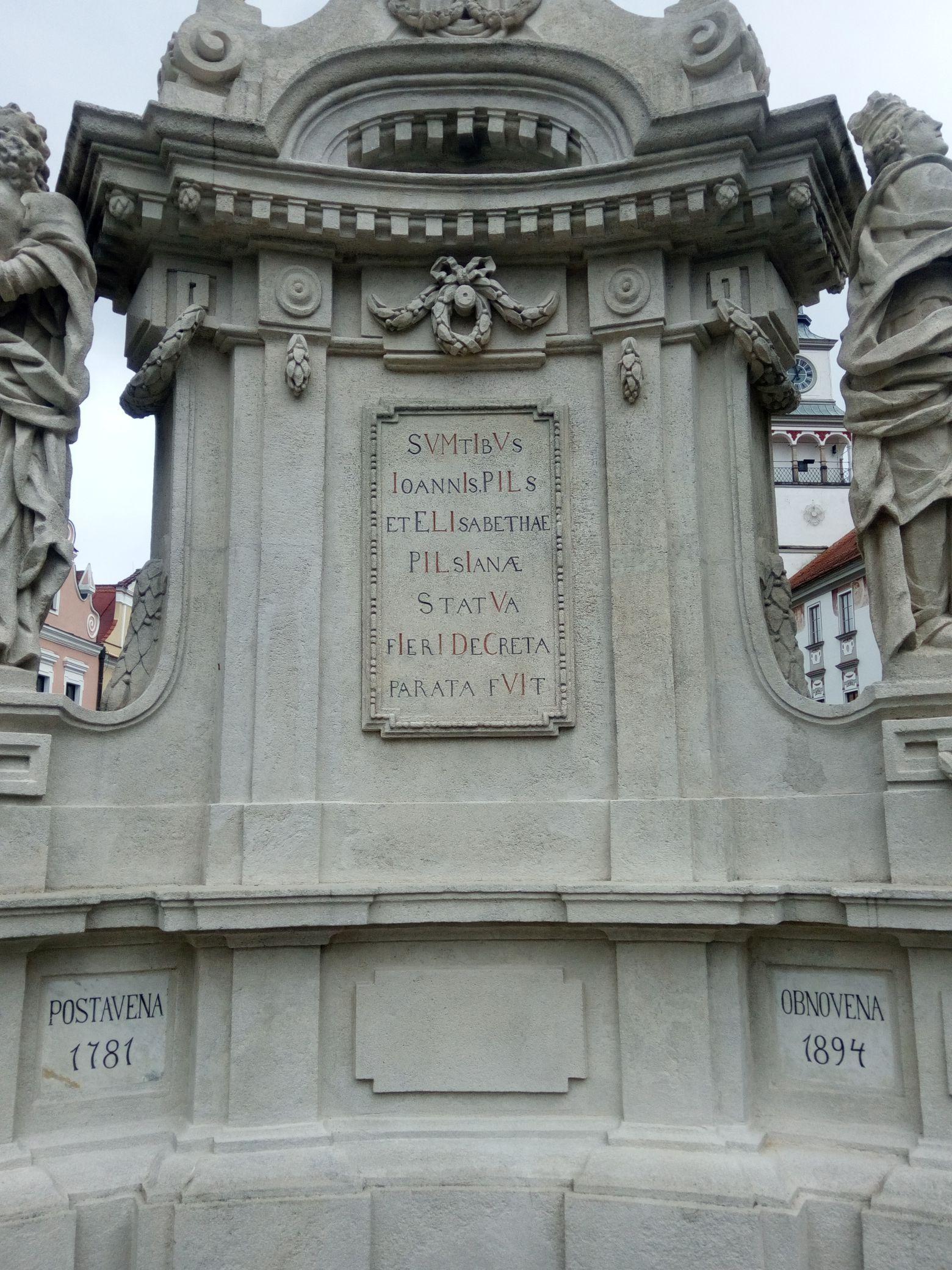 chronogram na Mariánském sloupu v Třeboni