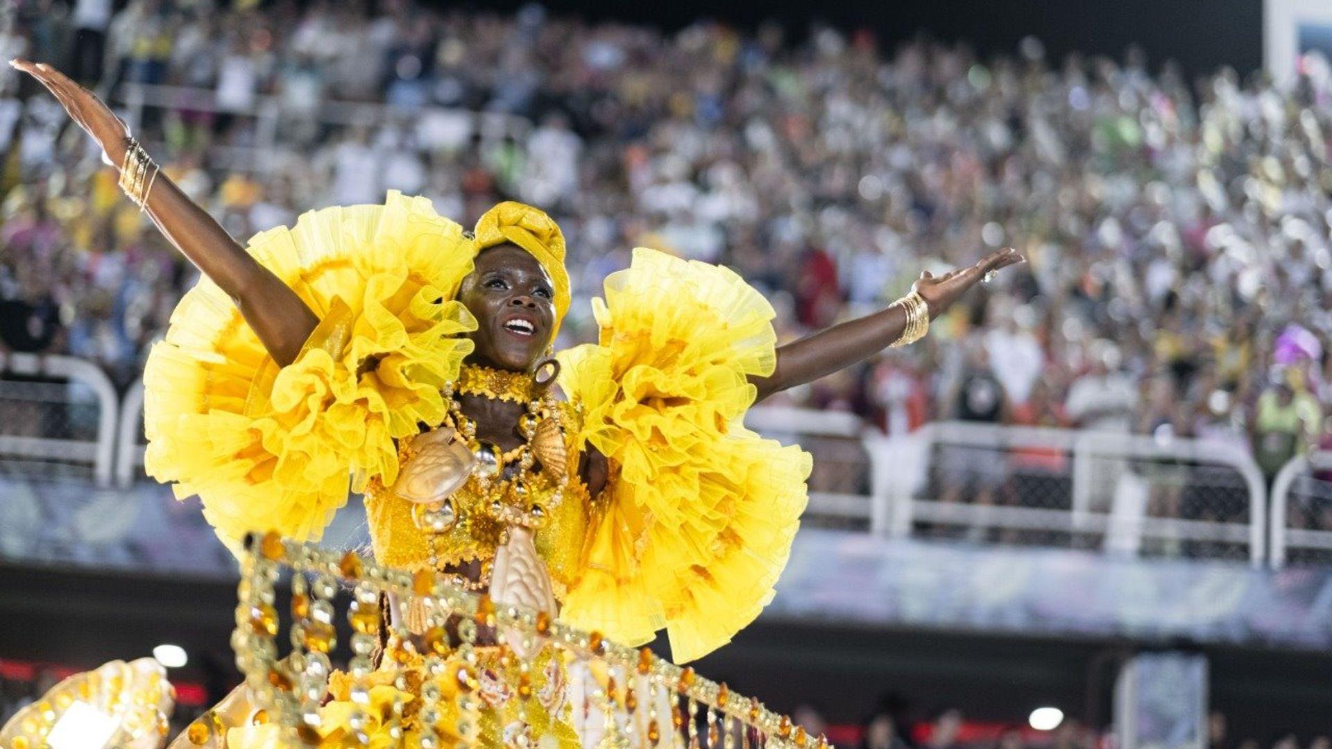 """Ganhadeira Verônica com fantasia """"Mãe Lavadeira"""" em que a cor amarela faz referência a Oxum, rainha das águas doces."""