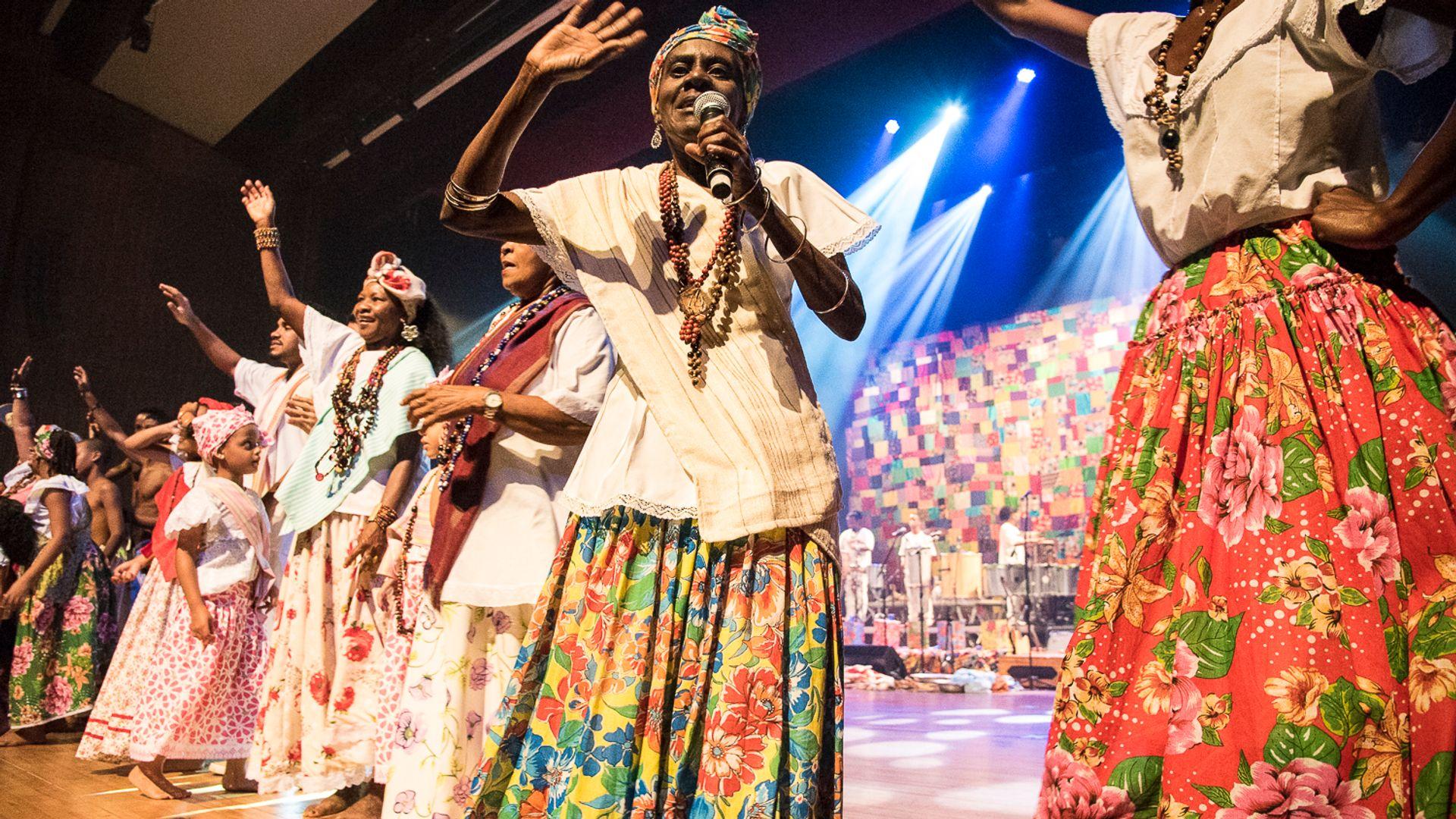 Ganhadeiras de Itapuã no palco do TCA.
