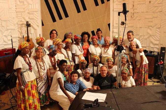 Ganhadeiras de Itapuã com a cantora Margareth Menezes no estúdio da Coaxo de Sapo. Foto: Tiago Arantes