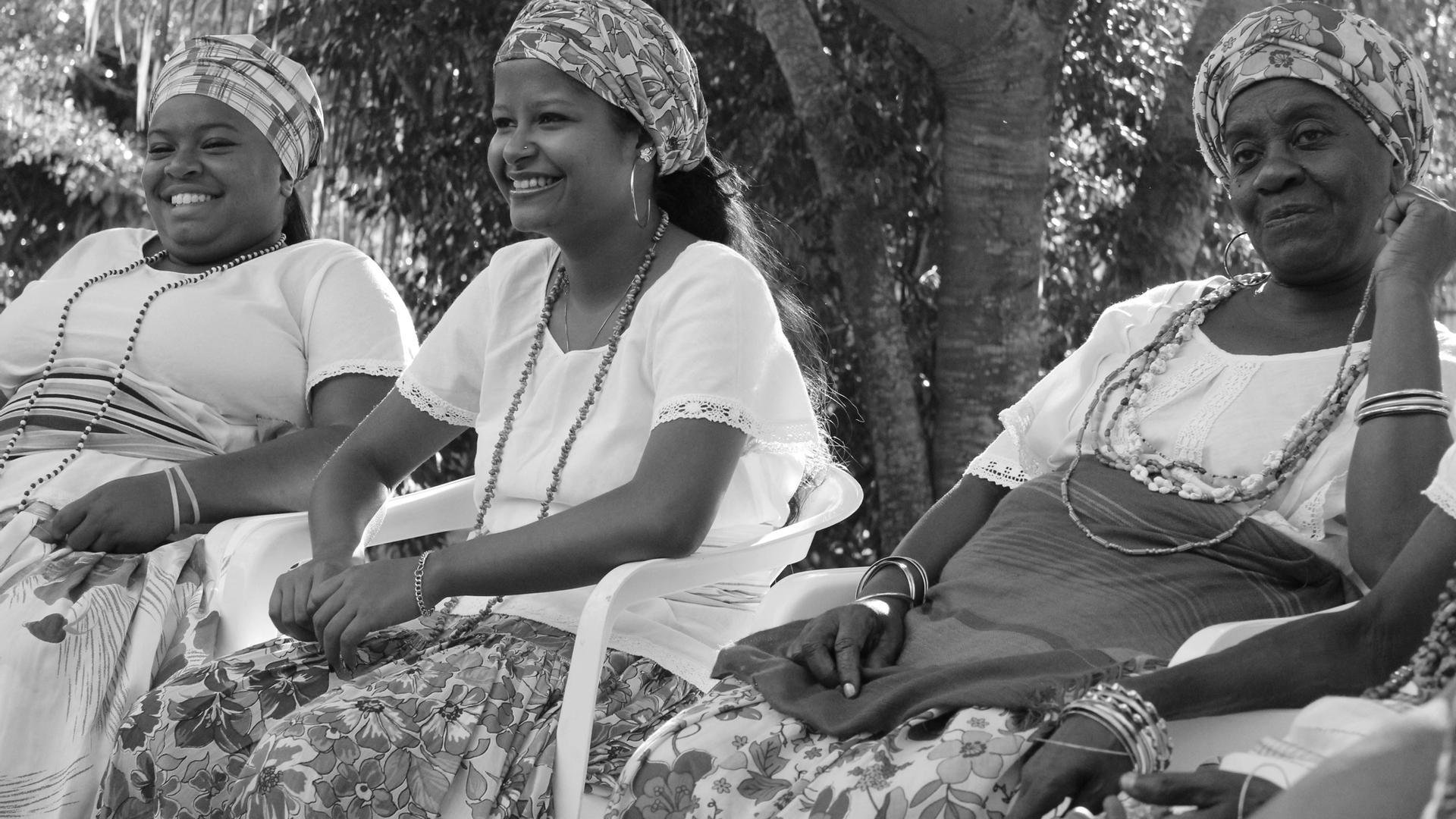 Grupo das Ganhadeiras de Itapuã reunido no estúdio Coaxo de Sapo