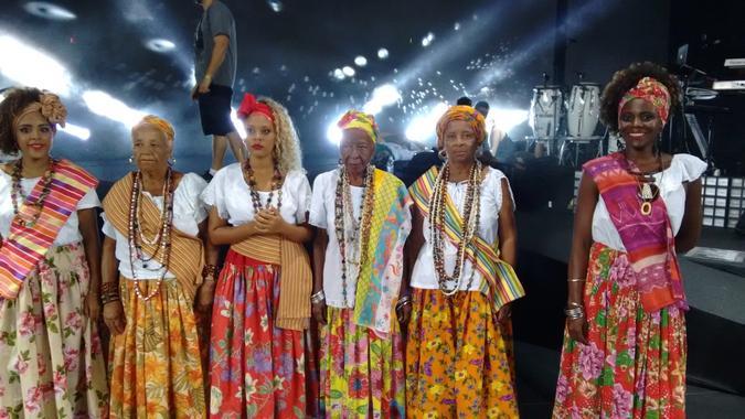 Ganhadeiras de Itapuã no palco do show de gravação do DVD de 15 anos do Psirico. Foto: Acervo da Associação Cultural Ganhadeiras de Itapuã