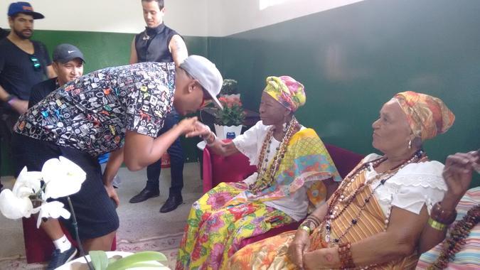 Vocalista Márcio Vítor com Dona Nicinha. Foto: Acervo da Associação Cultural Ganhadeiras de Itapuã