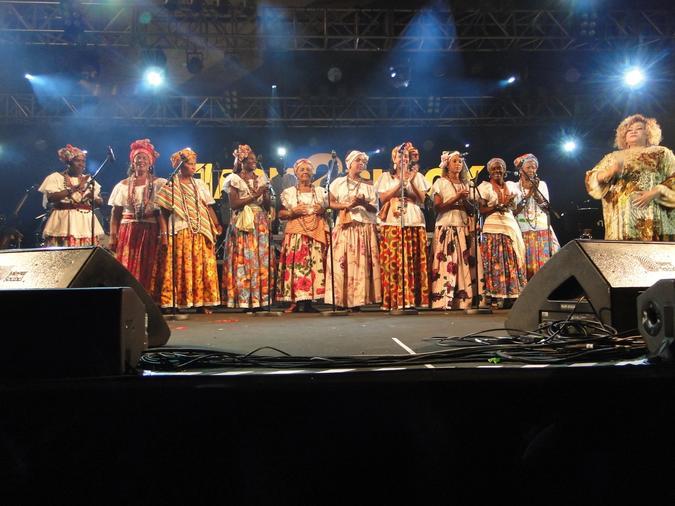 Ganhadeiras de Itapuã com a cantora Alcione. Foto: Salviano Filho
