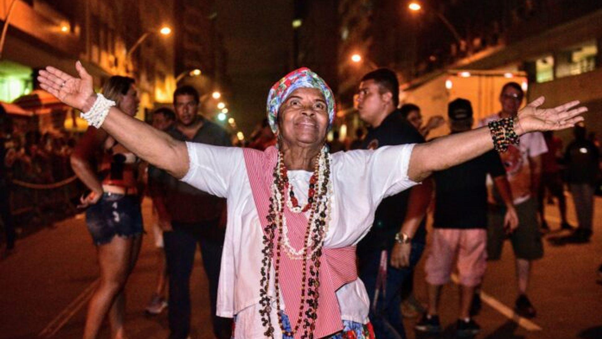 Maria de Xindó comemorando a homenagem pela escola de samba. Foto: Carlos Papacena