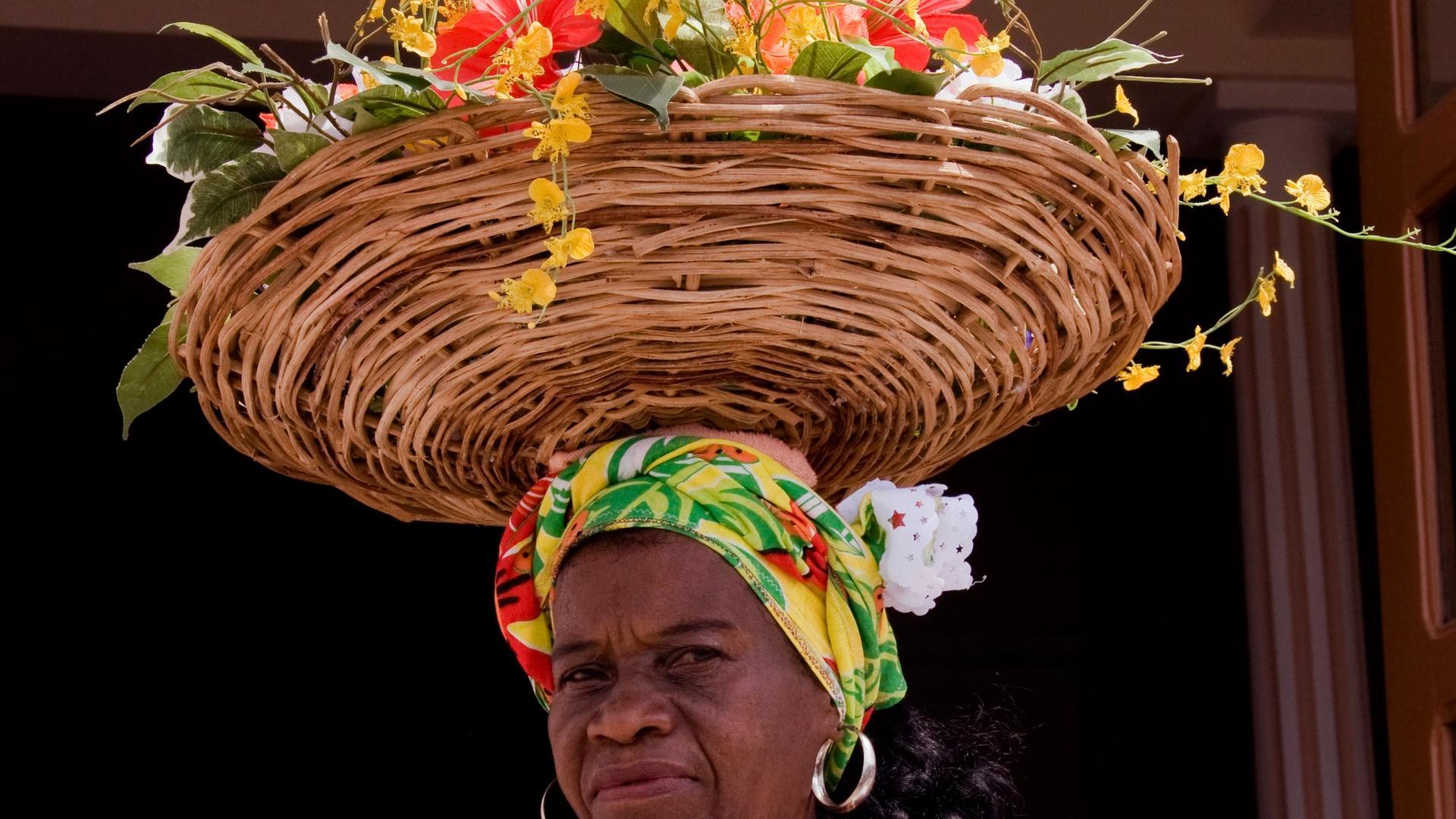 Ganhadeira Jaci com arranjo de flores sobre a cabeça. Foto: Adenor Gondim