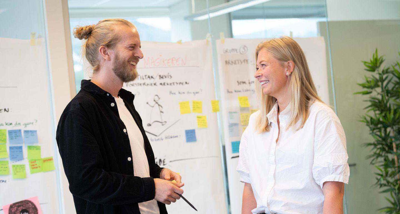 Rådgiverne Petter og Line i workshop med arbeidstavle i bakgrunnen.