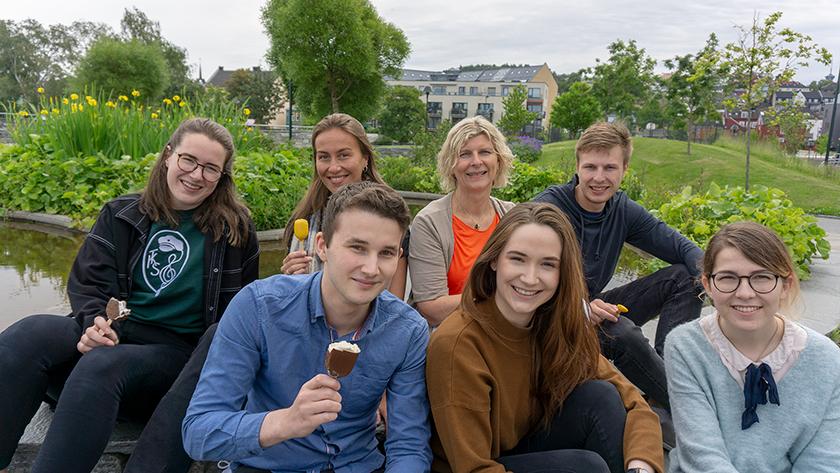 Trondheims-studentene spiser is i parken