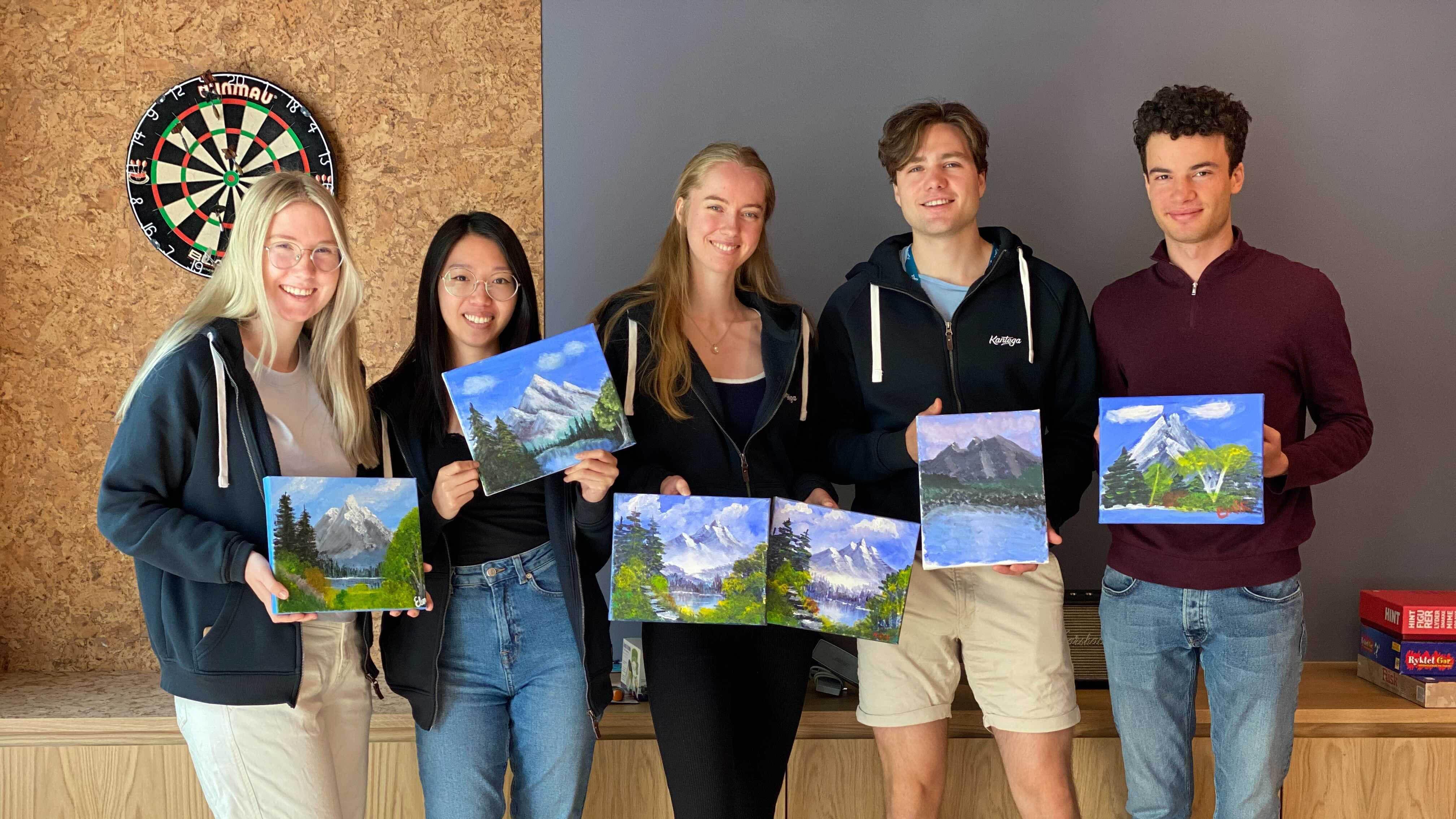 Studentene med egne malerier fra Paint´n´sip