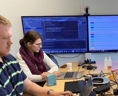 Jostein og Karen Maria på hackaton.