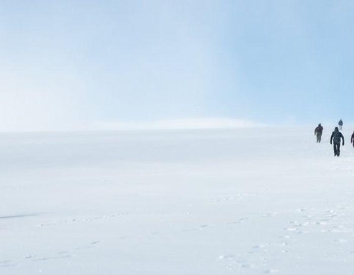 bilde av mennesker som går tur i snøen